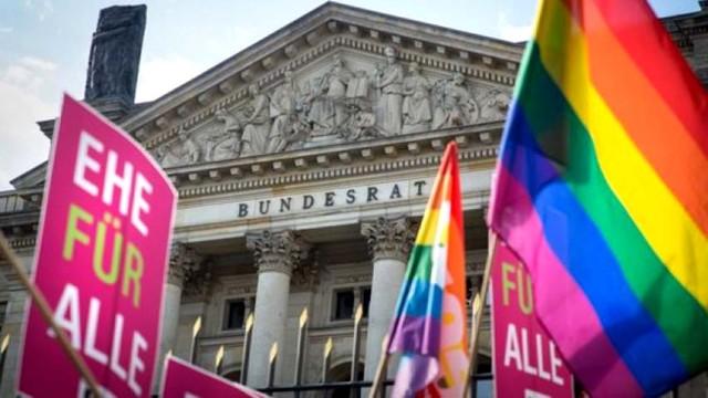 Parlament-Germanii-priznal-odnopolyie-braki.jpg