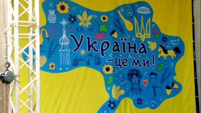 V-Brovarah-na-stsene-vyivesili-kartu-Ukrainyi-bez-Kryima-i-Donbassa.jpg