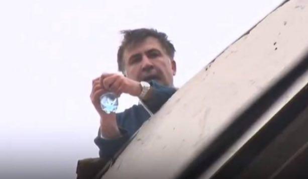 PR или диагноз: похождения Саакашвили по крыше дома