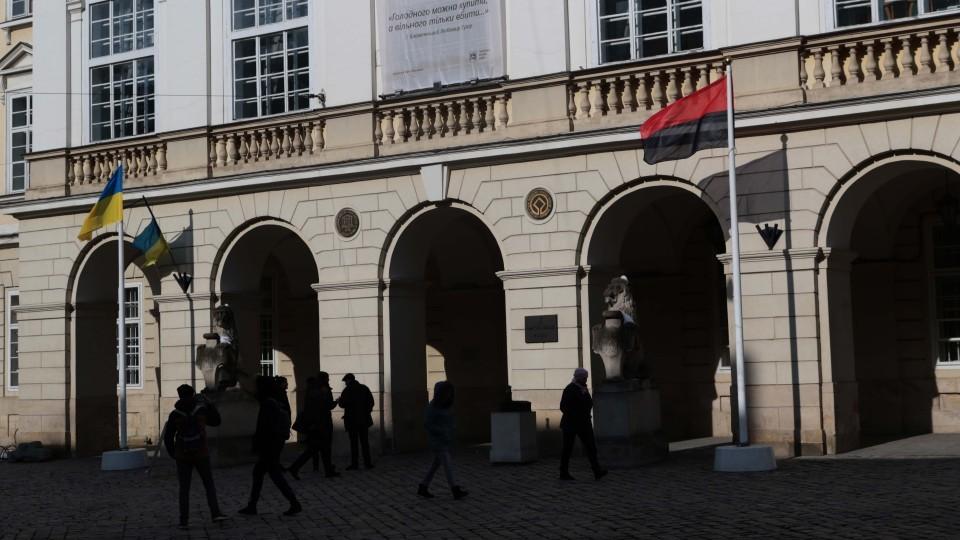 Vo-Lvove-podnyali-banderovskiy-flag.jpg