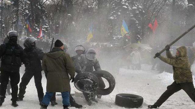 Stolknoveniya-pod-Radoy-protestuyushhie-zhgut-shinyi.jpg