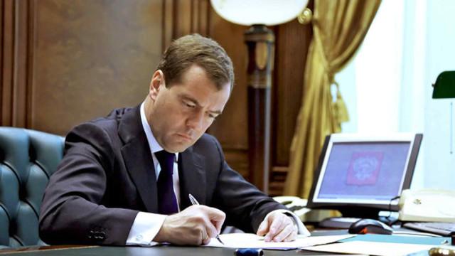 Medvedev-podpisal-postanovlenie-o-stabilizatsii-tsen-na-benzin.jpg