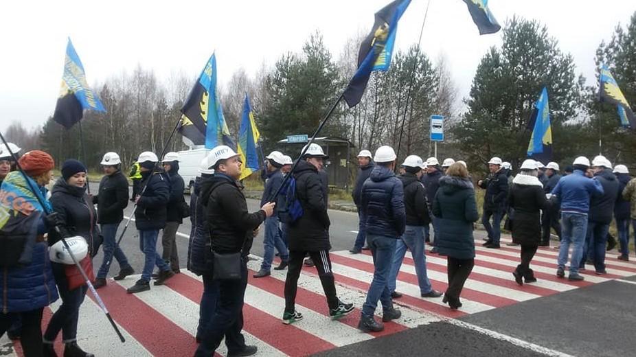 Na-zapade-Ukrainyi-shahteryi-perekryili-mezhdunarodnuyu-trassu-e1542365946771.jpg