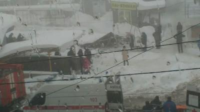 На «Красном рынке» в Макеевке под тяжестью снега рухнул торговый ряд