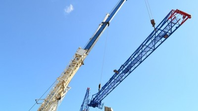 Первый пошел: на заброшенном объекте Донецка демонтируют башенный кран